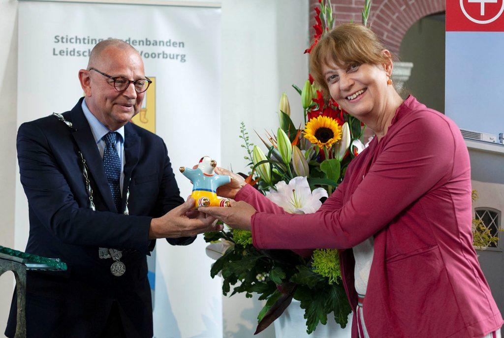 21010910_Noor Kamerbeek ontvangt gemeentelijke onderscheiding de UBU uit handen van burgemeester Jules Bijl