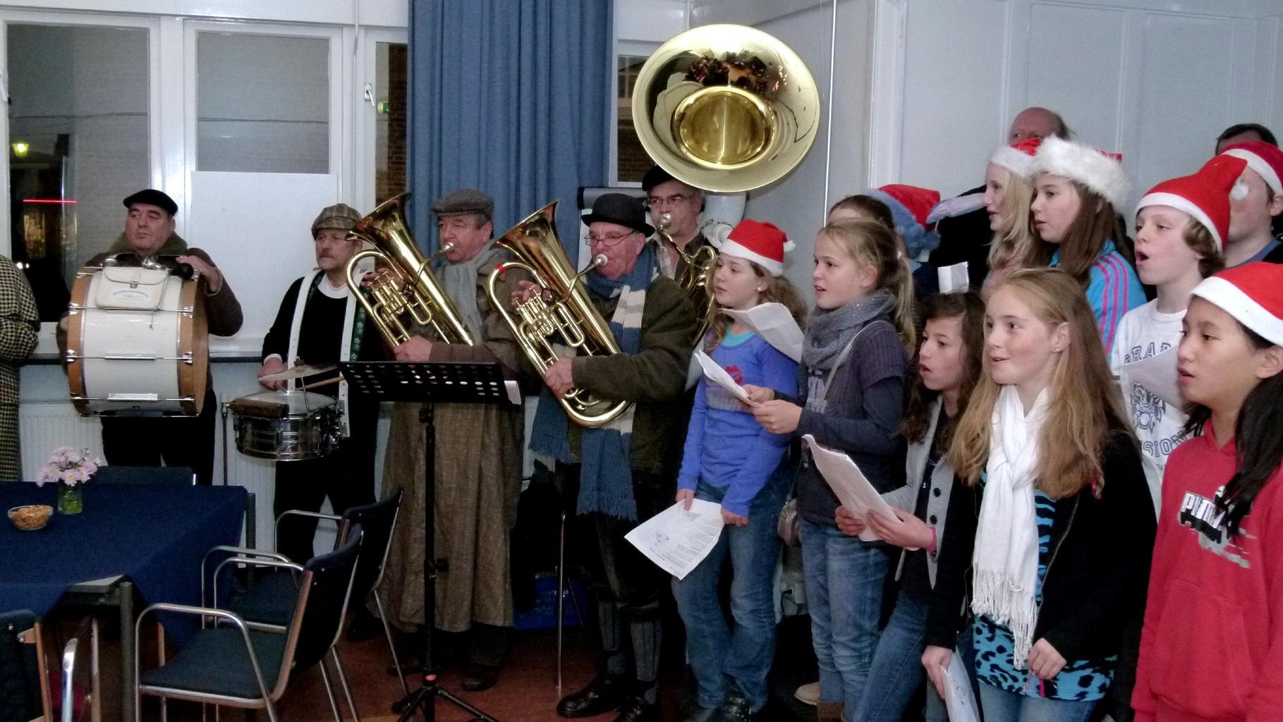 Lusthof Kerstboom ontstoken bij de Oude kerk  09