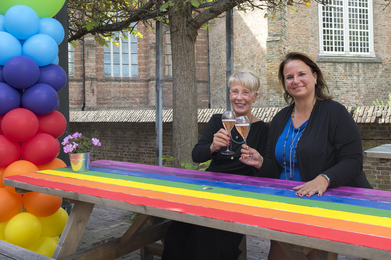 Regenboog Wethouder Nadine Stemerdink en Karin Blankenstein onthullen Regenboogpicknickbank 1 (Foto Michel Groen)
