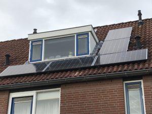 Zonnepaneel Rijtjeshuis met nieuwe zonnepanelen schuin